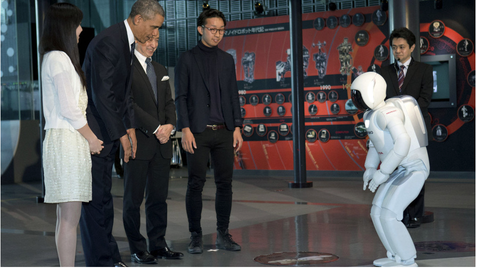 ROBOT AMAZES OBAMA IN A SHORT MEETING BETWEEN MAN AND MACHINE